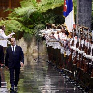 Hollande Urges End to Cuba Embargo