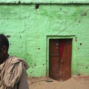 Thousands Flee amid India-Pak Clashes