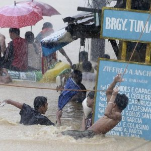 Floods  Shut Down Manila