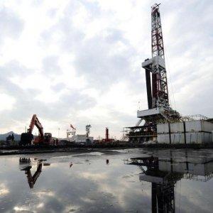 Oil Slips on US Stockpile