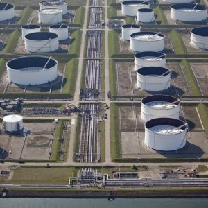 Traders Watch the Falling Price of Oil Storage