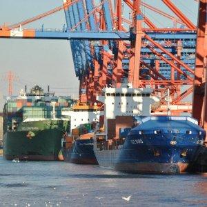 Russia Trade Surplus Widens