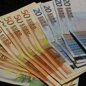 Euro Lower on Renewed Greece Concerns