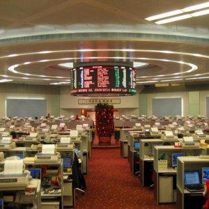 HK Shares Flat, Gold Edges Up