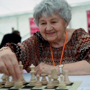 Hungarian Supergranny Sets Simultaneous Chess World Record