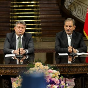 Armenian Prime Minister Karen Karapetyan (L) and Iranian Vice President Es'haq Jahangiri attend a press conference in Tehran on Oct. 9.