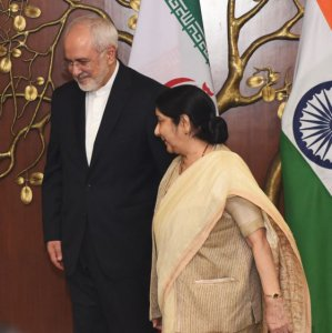 Indian Foreign Minister Sushma Swaraj (R) talks with Mohammad Javad Zarif in New Delhi on May 28.