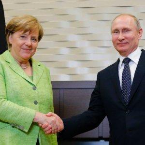 Merkel in Russia for Iran Talks With Putin
