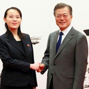 Kim Yo Jong (L) shakes hands with South Korean President Moon Jae-in