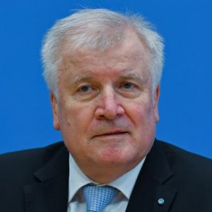 Seehofer Calls for Tighter Border Controls, Suspension of Schengen Agreement