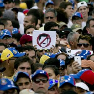 Anti-Maduro Protesters Block Roads, Stage Sit-Ins