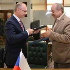 Hossen Yaqoubi (R) and the deputy chief executive of EGAP