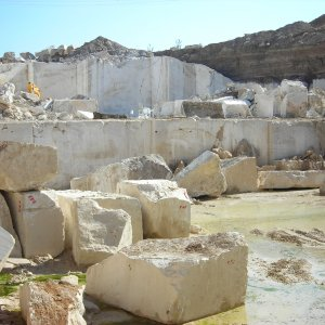 Iran is home to 2.5 billion tons of ornamental stone reserves, which figure is expected to reach 4 billion tons when probable reserves are added.