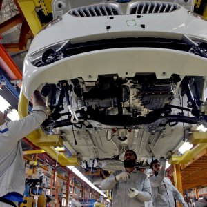 Carmakers manufactured 290,432 vehicles in the first Iranian quarter that ended on June 21.