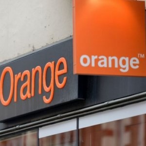 Orange says its talks with the Iranian operator MCI are slow and complicated.