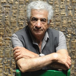 Parviz Tanavoli with his bronze sculpture The Wall (Oh Persepolis).