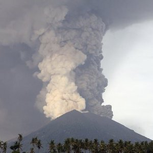 Airlines Limit Bali Flights to Guard Against Volcanic Ash
