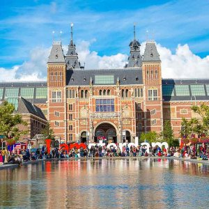 Ryanair says it only transports around 525,000 people to Amsterdam, most of whom are Dutch.
