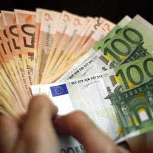 Euro Falls to 10-Month Low After Italy Debt Selloff