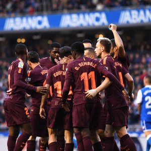 The Barcelona squad celebrates the victory.