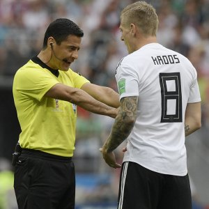 Alireza Faghani orders Toni Kroos to step back.