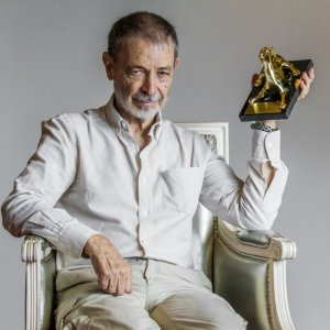 Jose Luis Alcaine holding the Locarno Vision Award