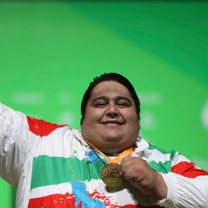 Siamand Rahman posing his gold medal at 2016 Rio Paralympics