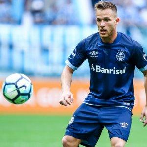 Barca Signs Brazilian Arthur, Sends Paulinho on Loan