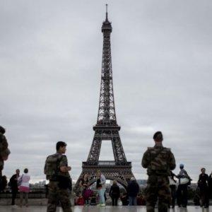 Bulletproof Wall Around Eiffel Tower