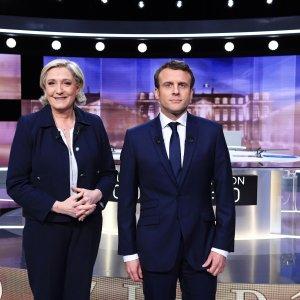 Marine Le Pen (L) and Emmanuel Macron before the recent debate