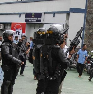 Security forces watch over Sialang Bungkuk Prison  in Pekanbaru, Indonesian, on May 5