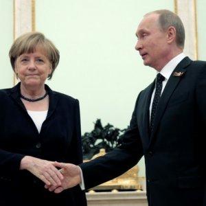 Merkel to Renew Dialogue With Russia Over Ukraine