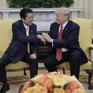 Donald Trump (R) and Shinzo Abe held talks in the Oval Office of the White House, Washington, on Feb. 10.