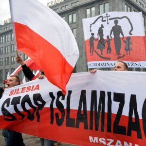 """Demonstrators chant """"God, Honor, Homeland"""" and """"Stop Islamization"""" in a xenophobic rally in Poland  in Nov. 2015. (File Photo)"""