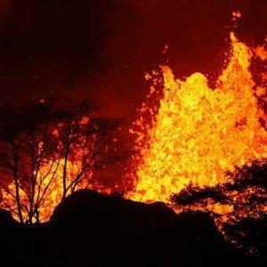 Hawaii's Volcano Lava Reaches Sea, Injures 1
