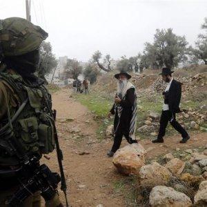 Israeli Forces, Settlers Besiege Al-Khalil
