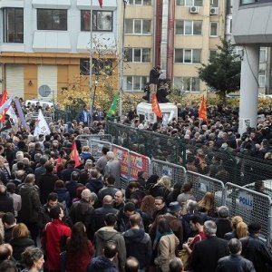 Hundreds Protest Jailing of  2 Journalists in Turkey