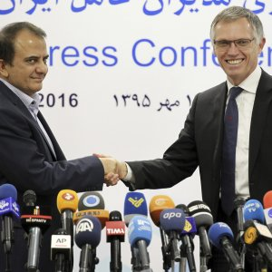 Iran Khodro chief Hashem Yekkezare, left, and the chairman of the managing board of Peugeot Citroen PSA Carlos Tavares