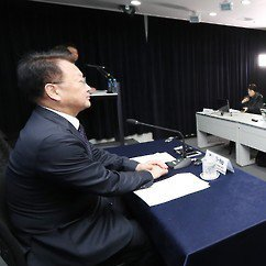 Yoo Il-ho talks to foreign correspondents in Seoul.