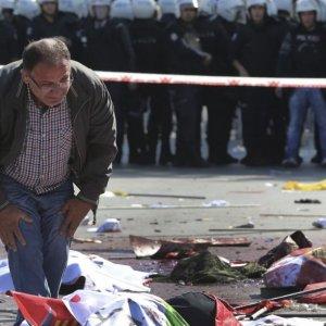 Turkey Car Bombing Kills 2 Police, Wounds 35