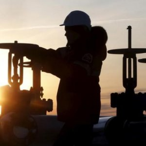 Oil Below $37 as Rising US Inventory Stokes Concerns