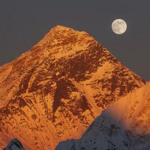 Despite Disasters, Trekkers Still Scaling Mount Everest