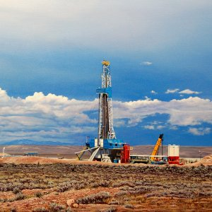 Poles to Study Sumar Oilfield