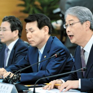 Yim Jong-yong (R) speaks during an emergency meeting on Monday.