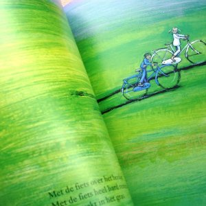 A page in Groter dan een Droom (Bigger than a Dream) written by Jef Aerts in Dutch and illustrated by Marit Tornqvist. In Iran, the book has been translated into Persian by Zohreh Qaeni and published by the Institute for Research on the History of Children's Literature.