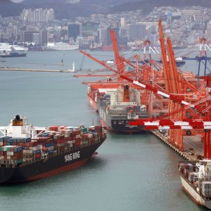 The Bank of Korea data shows that the export volume index stood at 135.9 in September, down 2.6% year-on-year.