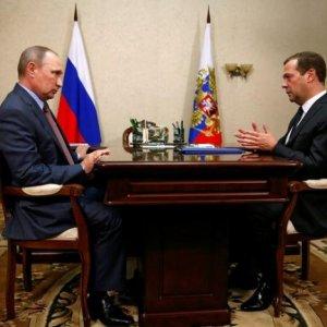 Putin Flies Into Crimea Amid War Games, Tension