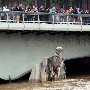 Seine at 30-Year High as Galleries Close