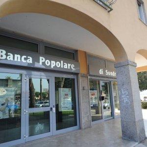 Small Banks Help Iran Restore Int'l Financial Ties