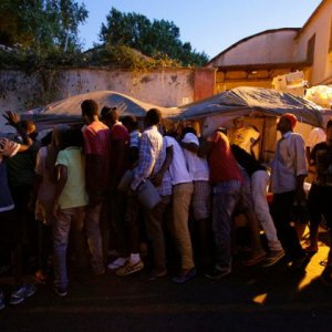 Migrants queue for food at a makeshift camp in Via Cupa in downtown Rome, Italy, on August 2, 2016. (File Photo)